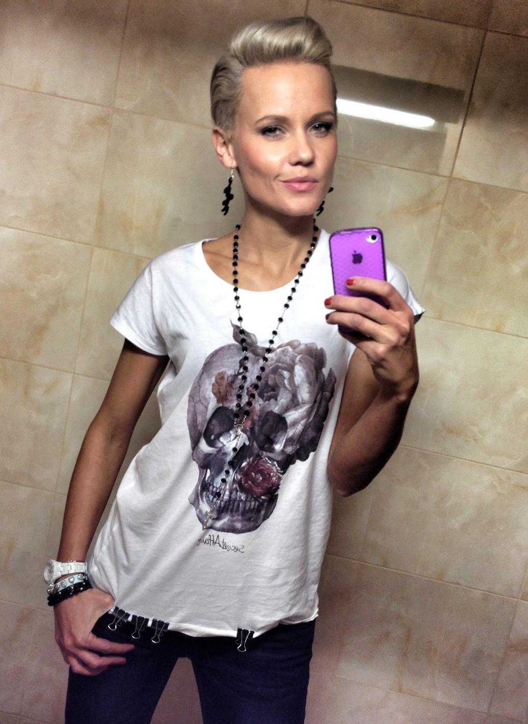 jana-tomas-skull-shirt-1