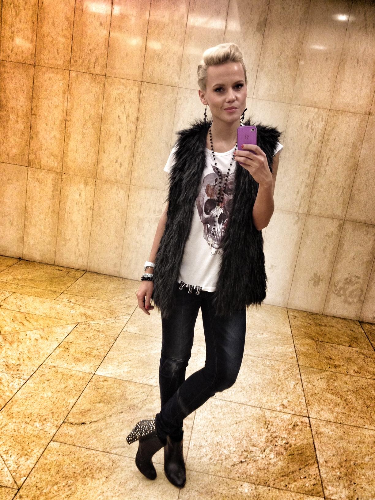 jana-tomas-skull-shirt-fur-vest